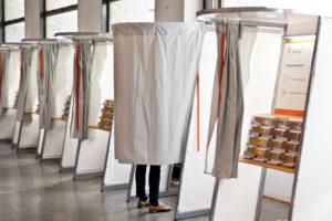 En person som avgir sin stemme i et stemmeavlukk.