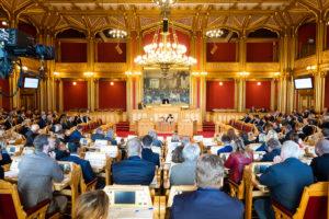 Stortigssalen med representanter og president.