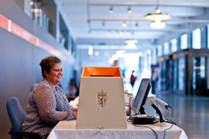Valgmedarbeider og valgurne.